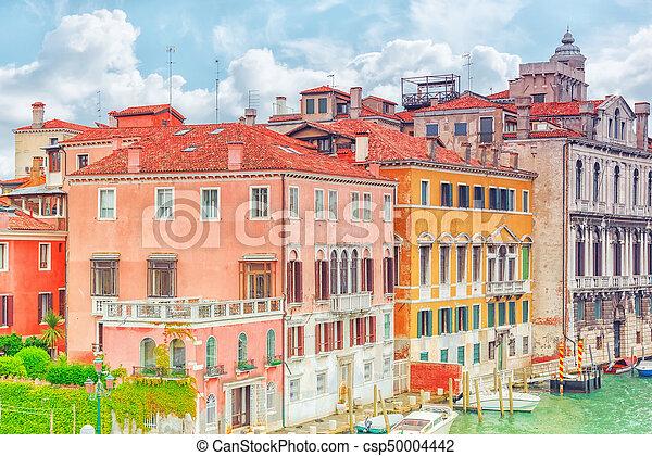 Vistas del canal más hermoso de Venecia - Grandes calles de agua del Canal, barcos, góndolas, mansiones a lo largo. Italia. - csp50004442