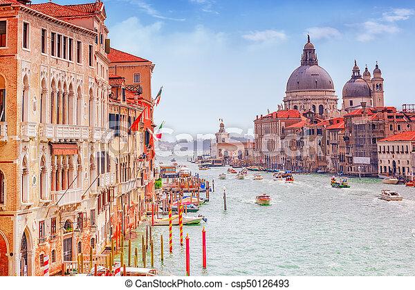 Vistas del canal más hermoso de Venecia - Grandes calles de agua del Canal, barcos, góndolas, mansiones a lo largo. Italia. - csp50126493
