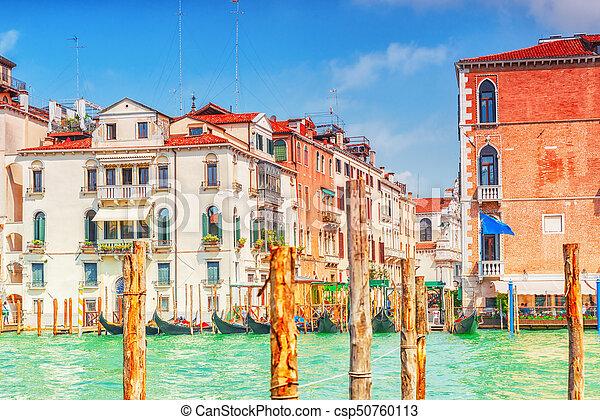 Vistas del canal más hermoso de Venecia - Grandes calles de agua del Canal, barcos, góndolas, mansiones a lo largo. Italia. - csp50760113