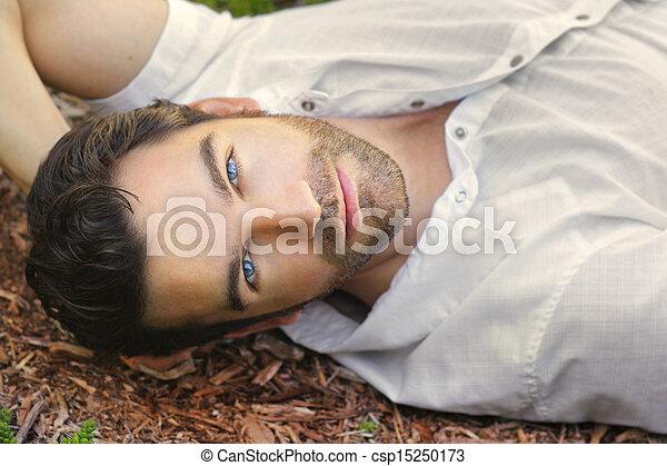 Hermosa cara de hombre - csp15250173