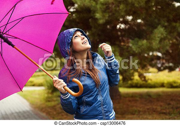 Hermosa mujer con paraguas mirando al cielo - csp13006476