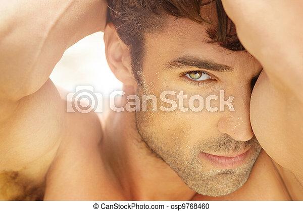 Un hombre hermoso de cerca - csp9768460