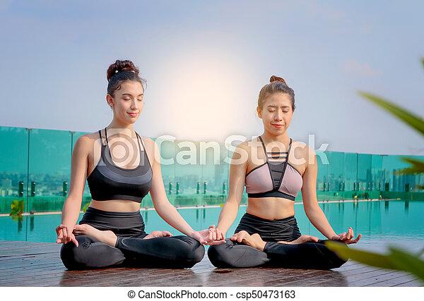 Hermoso Ciudad Yoga Postura Lotus Meditar Terraza Plano De Fondo Scape Mujeres