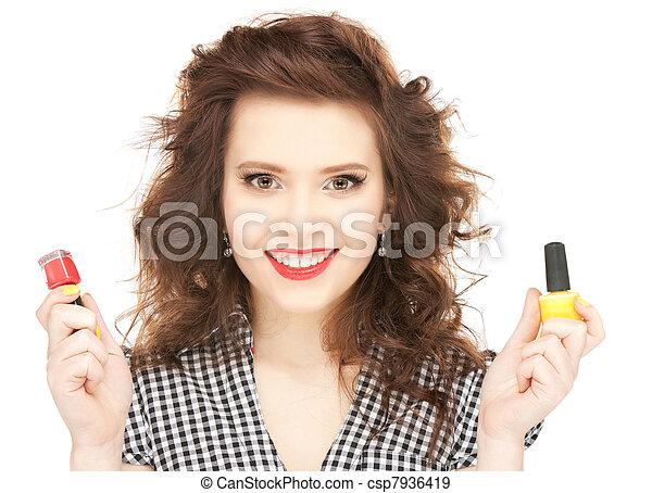 Hermosa mujer puliendo sus uñas - csp7936419