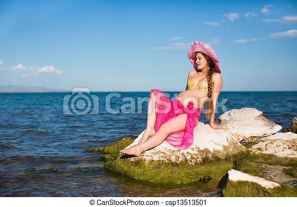 93136fd8a0f4 hermoso, concepto, relajante, embarazada, playa., resto, traje de baño,  mujer, salud, feliz