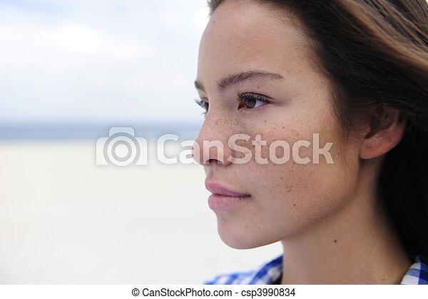 Hermosa mujer en la playa con espacio de copia - csp3990834