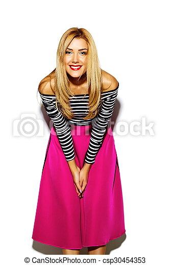 Estilo glamoroso, sexy, sonriente, hermosa y joven modelo de mujer rubia con ropa de hipster rosa en el estudio - csp30454353