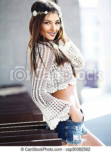 estilo de moda ropa deportiva de alto rendimiento venta profesional hermoso, divertido, mujer, verano, elegante, modelo, joven, calle, hipster,  sexy, hippy, fresco, blanco, sonriente, ropa