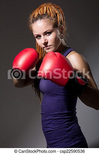 Hermosa chica con guantes de boxeo, rastas. - csp22590536