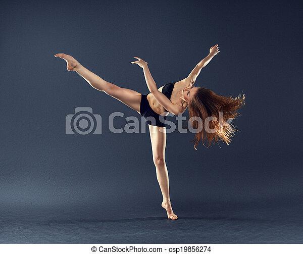 Bella bailarina bailando ballet contemporáneo - csp19856274