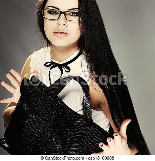 Hermosa chica vestida de negocios con un fondo gris - csp18100988