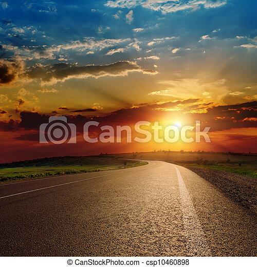 Hermosa puesta de sol sobre la carretera de asfalto - csp10460898