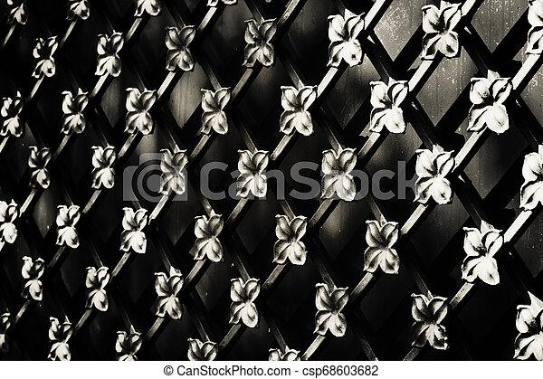 Detalla la vieja y hermosa valla metall. Foto. Trasfondo abstracto. Negro - csp68603682