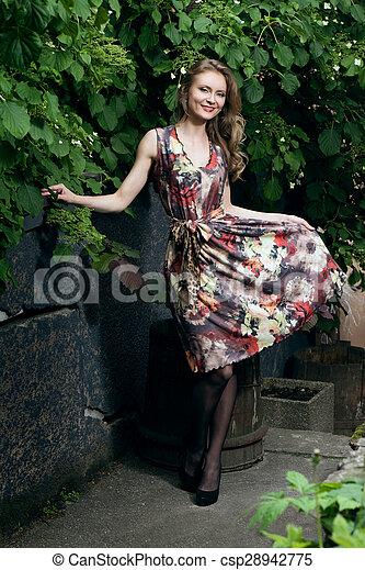 Hermosa mujer vestida de flor - csp28942775