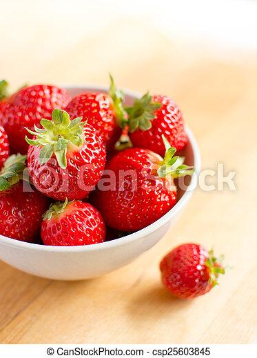 Hermosas fresas frescas - csp25603845