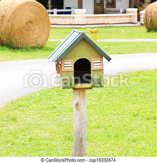 Hermosa casa de pájaros en una granja - csp16332474