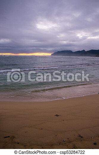 Hermosa playa hawaiin al amanecer - csp53284722