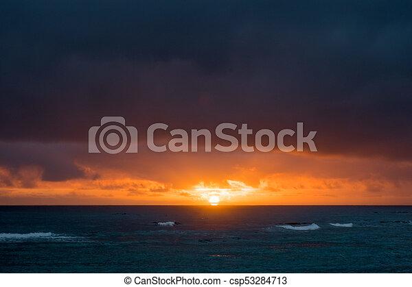 Hermosa playa hawaiin al amanecer - csp53284713