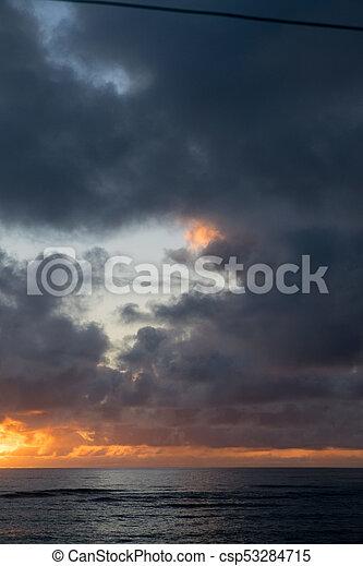 Hermosa playa hawaiin al amanecer - csp53284715