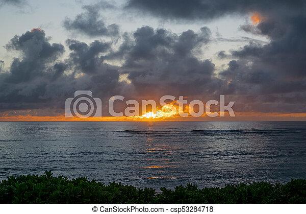 Hermosa playa hawaiin al amanecer - csp53284718