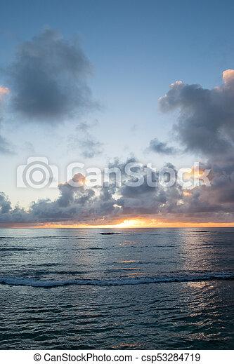 Hermosa playa hawaiin al amanecer - csp53284719