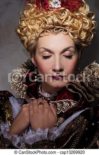 Una foto de la hermosa reina con vestido real - csp13269920