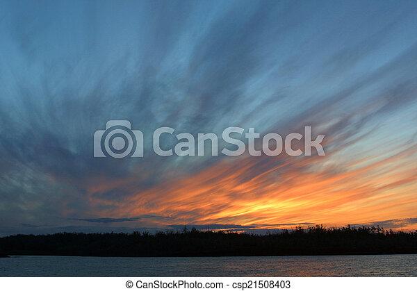 Una hermosa puesta de sol en el mar - csp21508403