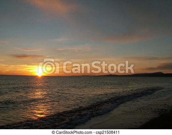 Una hermosa puesta de sol en el mar - csp21508411