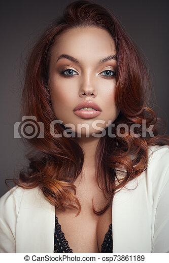 hermoso, joven, make-up., woman., hair., rojo, brillante - csp73861189