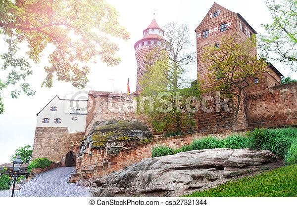 Hermosa vista de Kaiserburg del patio interior, Nuremberg - csp27321344
