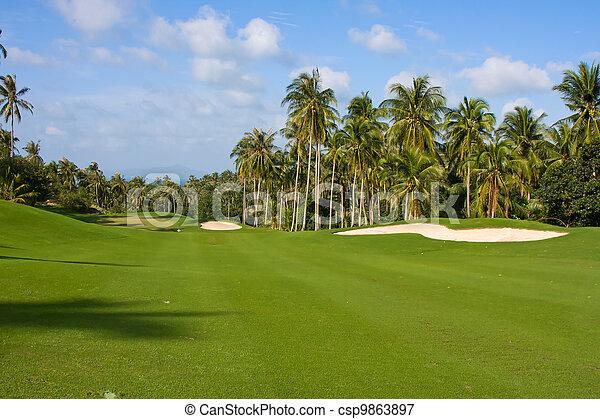 Un paisaje de un hermoso campo de golf verde con cielo. Isla koh samui, Tailandia. - csp9863897