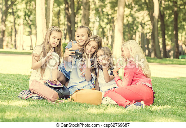Hermosas adolescentes tomando una linda selfie amigable - csp62769687