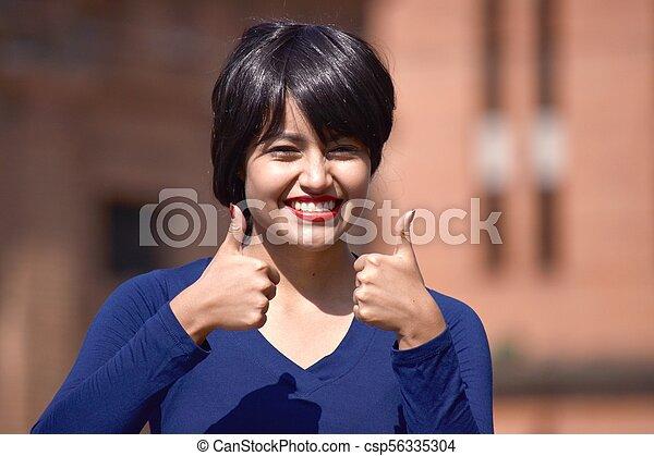 Hermosa mujer con pulgares arriba usando peluca - csp56335304