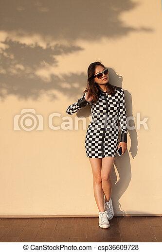 Una Joven Y Hermosa Mujer Hipster Usando Gafas De Sol Y