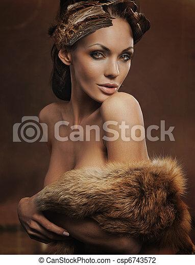 Retrato de una hermosa mujer con pieles - csp6743572