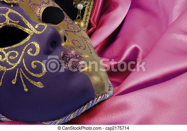 Hermosa máscara veneciana en terciopelo rojo - csp2175714
