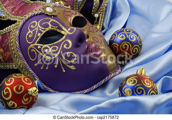 Hermosa máscara veneciana en terciopelo rojo - csp2175872