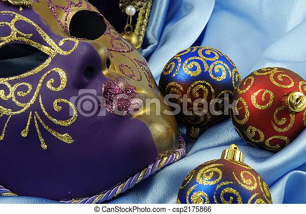 Hermosa máscara veneciana en terciopelo rojo - csp2175866