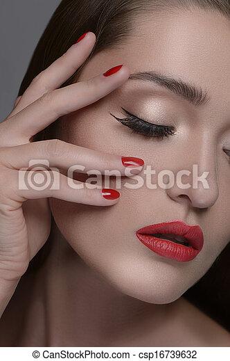 Bonita manicura. Retrato de mujeres hermosas que tocan la cara con la mano y mantienen los ojos cerrados mientras están aislados en el gris - csp16739632