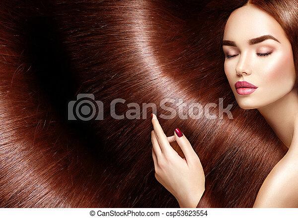 Hermoso cabello sano. Mujer de cabello castaño largo como fondo - csp53623554