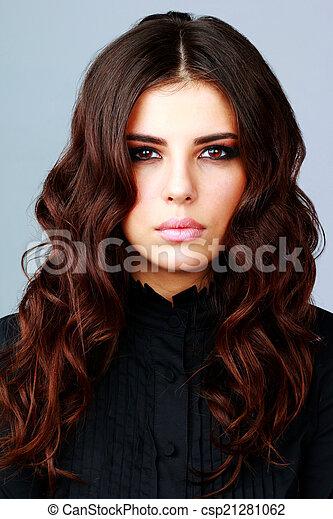 Retrato de una mujer hermosa con cabello castaño largo - csp21281062