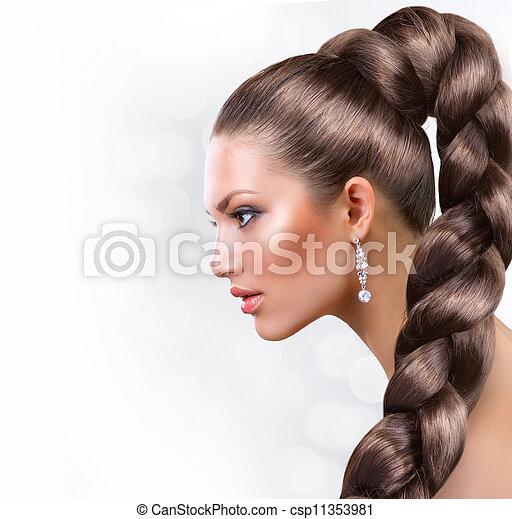 Cabello largo y saludable. Hermoso retrato de mujer con cabello castaño largo - csp11353981