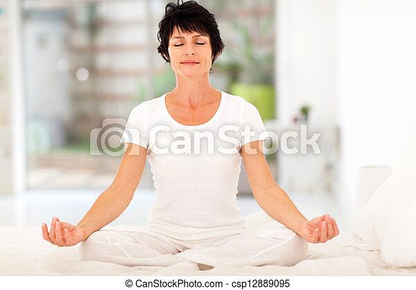 hermoso, medio, meditación, mujer, viejo - csp12889095