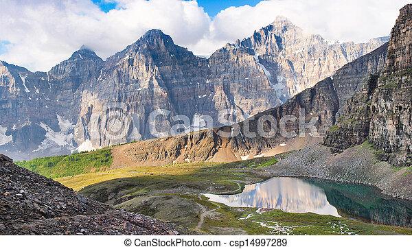 Hermoso panorama montañoso de las Montañas Rocosas al amanecer - csp14997289
