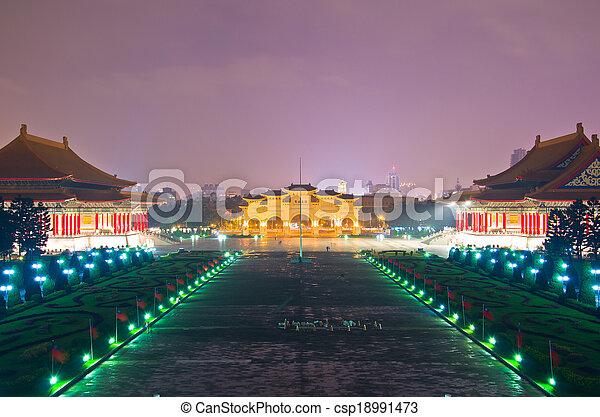 Una vista a la hermosa puesta de sol sobre la plaza nacional de la democracia taiwan desde la sala conmemorativa de Chiang kai-shek - csp18991473