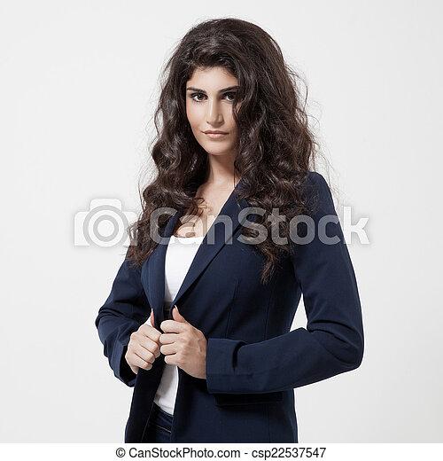 Hermosa mujer morena. Cabello rizado y largo. - csp22537547