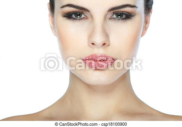 Retrato sexual, hermosa morena, con labios, azúcar espolvoreado, aislado en un fondo blanco, emociones, cosméticos - csp18100900