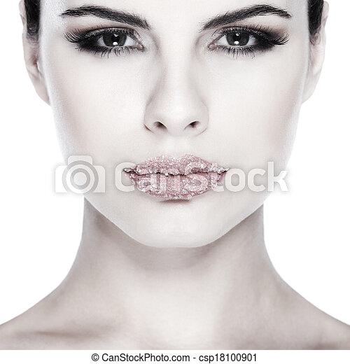 Retrato sexual, hermosa morena, con labios, azúcar espolvoreado, aislado en un fondo blanco, emociones, cosméticos - csp18100901
