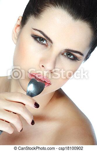 Retrato sexual, hermosa morena, con labios, azúcar espolvoreado, aislado en un fondo blanco, emociones, cosméticos - csp18100902