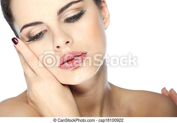 Retrato sexual, hermosa morena, con labios, azúcar espolvoreado, aislado en un fondo blanco, emociones, cosméticos - csp18100922